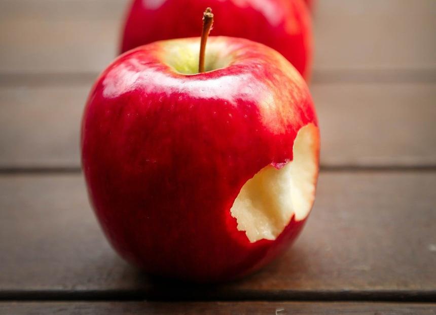 Ett bett i ett rött äpple.