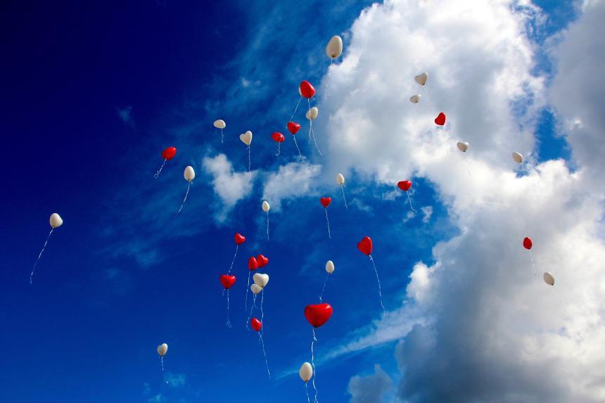 Ballonger far mot molnen.