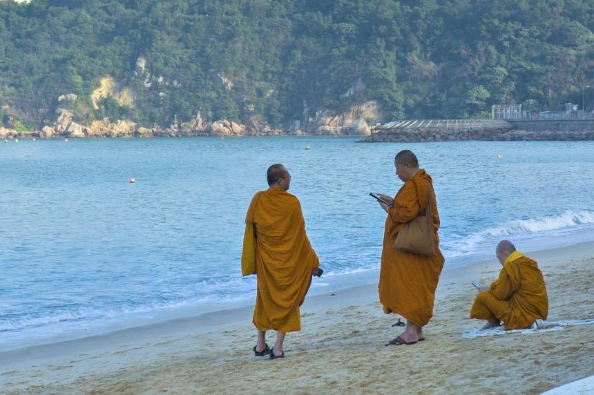 Buddhist Monks sa dagat.