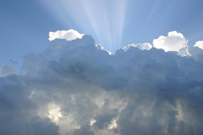 Himmel, moln, sol.
