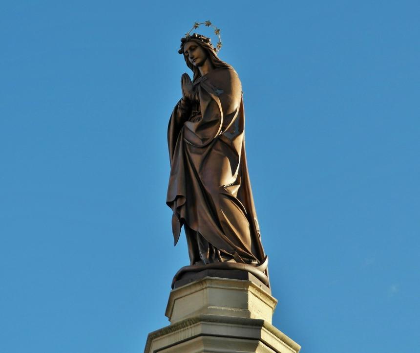 Staty av jungfru Maria.