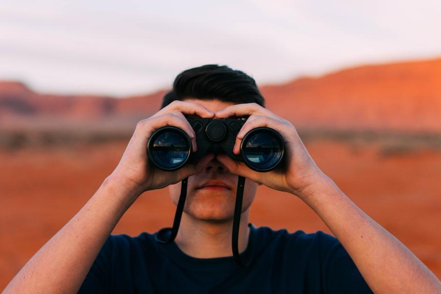 En man med kikare.