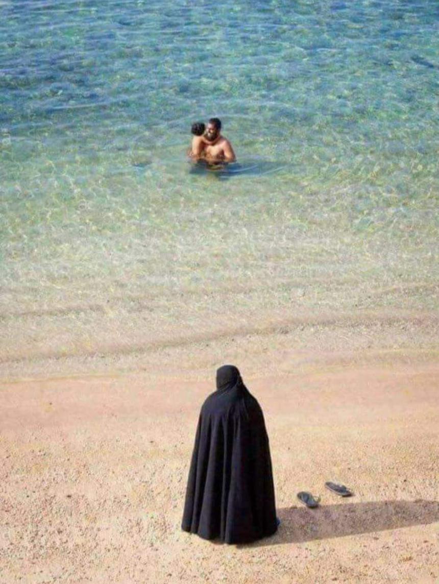 Muslimsk kvinna på stranden.