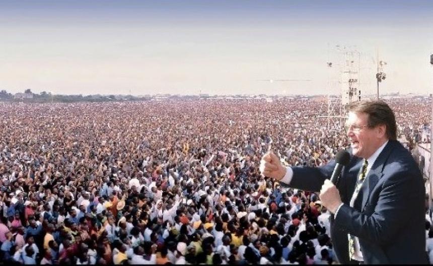 Reinhard Boonke predigen in Afrika.