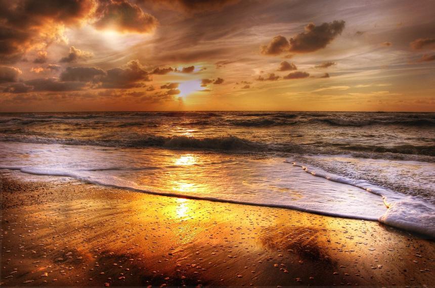 Moln och strand.